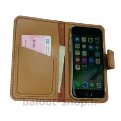 کیف و محافظ گوشی تهیه شده از چرم طبیعی و دست دوز، مناسب انواع گوشی آیفون به رنگ کرم با کارایی مناسب و راحت